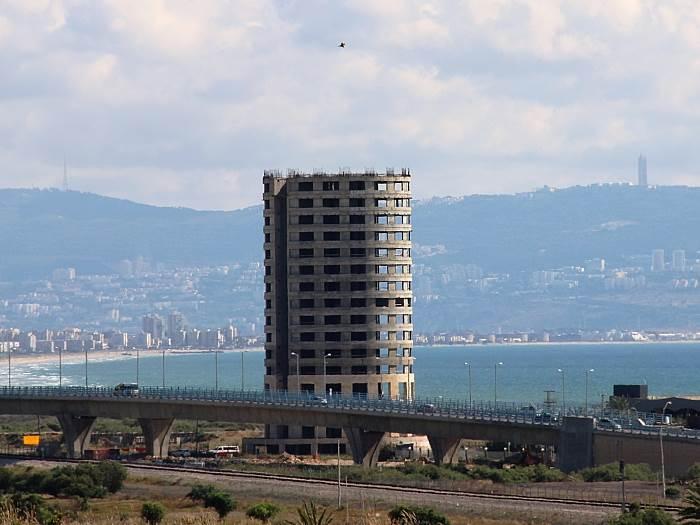 עכו: פוצץ המגדל השומם בכניסה לעיר